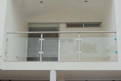 Balcón de acero inoxidable con vidrio templado.
